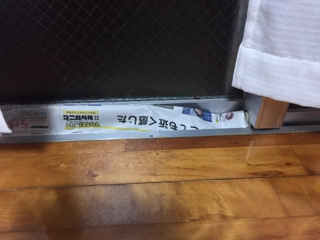 窓の隙間に新聞紙
