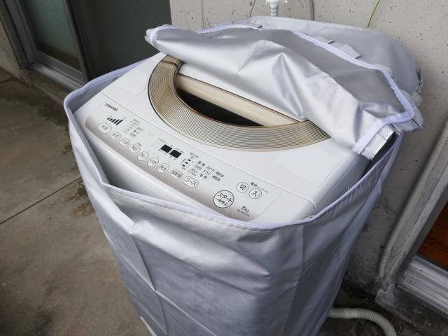 ファスナータイプの洗濯機カバーを開けている図